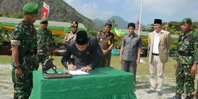 Kemanunggalan TNI-Rakyat Buka Akses Jalan Dua Desa