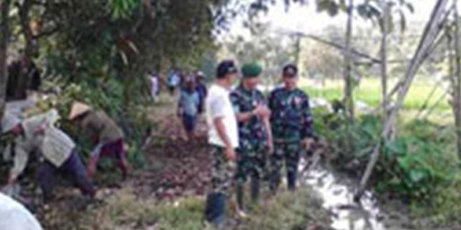 Koramil 07/Ampelgading Melaksanakan Karya Bhakti Pembuatan Jalan Pertanian