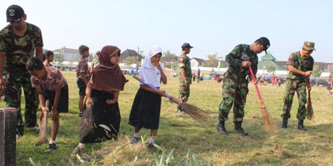 Pelajar, TNI dan Masyarakat Kerja Bakti
