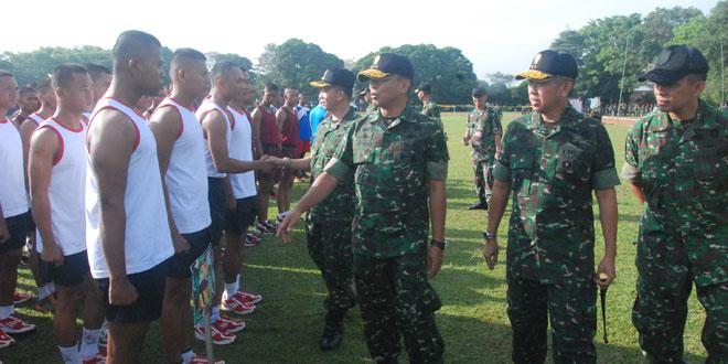 Wakasad Letjen TNI M. Munir turut membangkitkan semangat kepada peserta lomba Ton Tangkas sebelum peserta melaksanakan lari 3200 meter