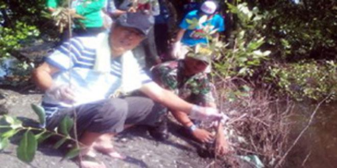 Babinsa Beserta Karyawan Tanam Mangrove di Sepanjang Pantai Tapak