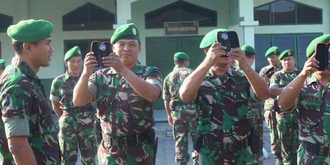 Pembagian Jam Tangan Hadiah dari Panglima TNI