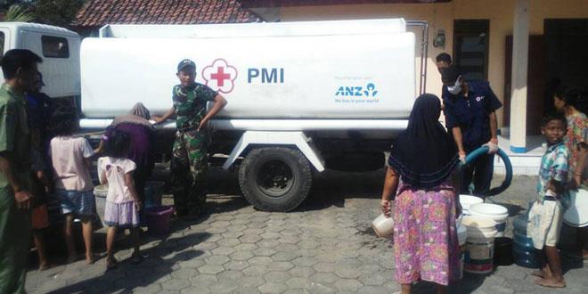 Koramil 04/Warureja Kawal Bantuan Air Bersih  dari PMI Kab. Tegal