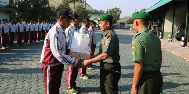 Prajurit dan PNS Korem 071/Wk Terima Bingkisan Lebaran Pangdam IV/Diponegoro