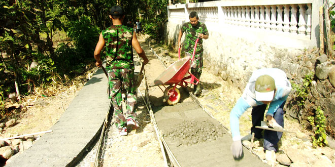 TNI Bantu Cor Jalan di Desa Gedawung Kismantoro Wonogiri