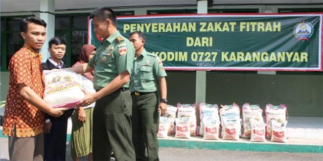 Kodim 0727/Karanganyar Bagikan Zakat Fitrah