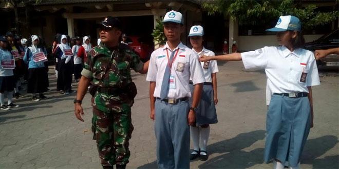 Babinsa Koramil 03 Serengan Berikan Latihan PBB di SMK Negeri 3 Kota Surakarta
