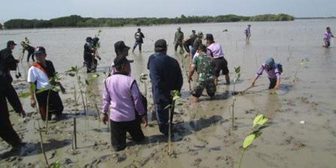 Koramil 02/Bonang Bersih Lingkungan Pantai Morodemak