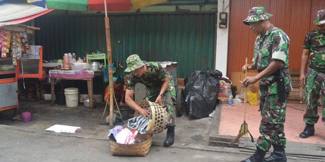 TNI Bersama Warga Bersihkan Pasar