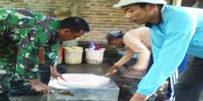 Anggota Koramil-11/Jenar Bantu Giat Jambanisasi di Desa Dawung