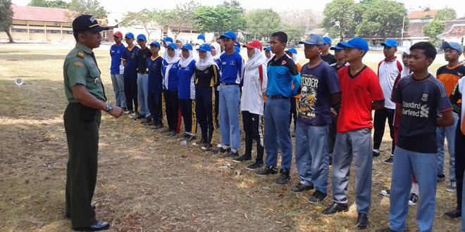 Danramil Melaksanakan Pengecekan Latihan Paskibra di Lapangan Sambirejo