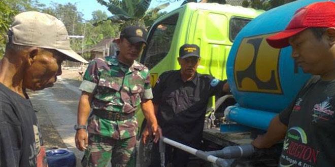 Koramil Mondokan Kawal Penyaluran Air Bersih di Desa Tempelrejo Kec. Mondokan
