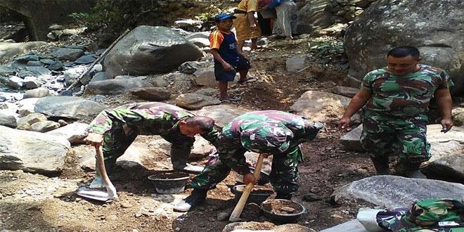 Babinsa Koramil 03/Kaligesing Laksanakan Karbak Pengurukan Jalan