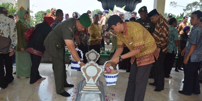 Danrem 071/WK Bersama Civitas Akademika Unsoed Ziarah ke Makam Pangsar Jenderal Soedirman