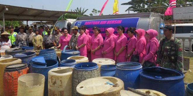 Babinsa Wedung Dampingi Pendistribusian Air Bersih di Tedunan dan Kendal Asem