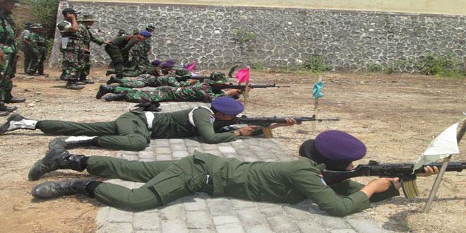 Mahasiswa dan TNI Latihan Menembak