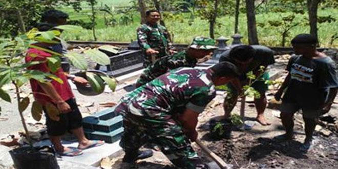 Danramil-11/Jenar Laksanakan Penghijauan Bersama Masyarakat di TPU Dk. Kandangsapi