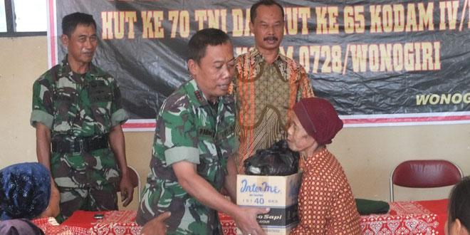 Kodim 0728/Wonogiri Bagikan Paket Sembako di Desa Watangrejo Pracimantoro