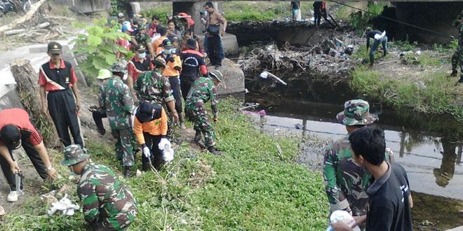 Babinsa Depok Bersama Warga Gotong Royong Bersihkan Sungai Pelang
