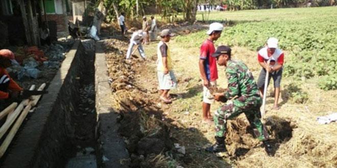 Babinsa Gombong Bersama Masyarakat Bangun Saluran Irigasi