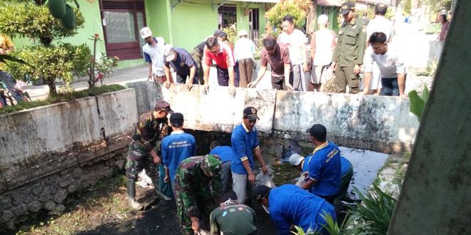 Koramil 01/Kebumen Ajak Masyarakat Bersihkan Selokan Keposan