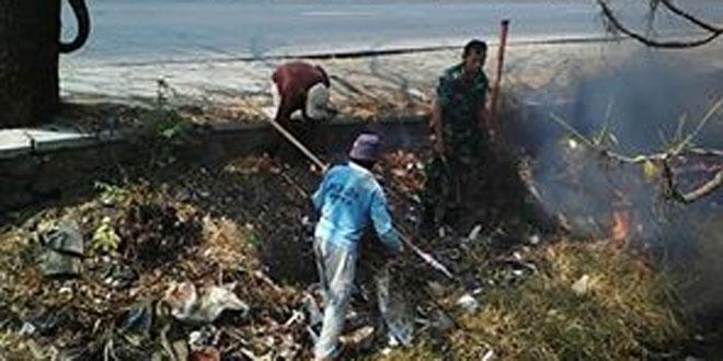 Babinsa Sayung Bersama Warga Gotong Royong Bersihkan Sungai Pelayaran