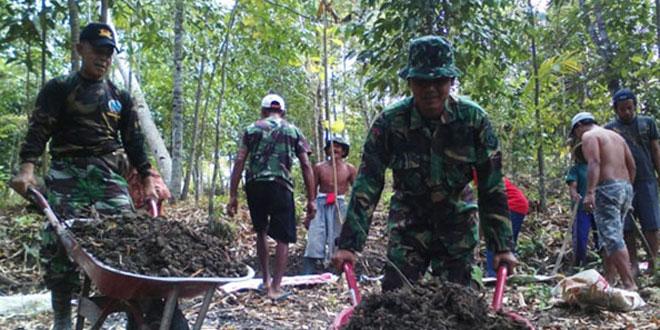 Babinsa Poncowarno bersama Masyarakat Kerja Bakti Buat Irigasi