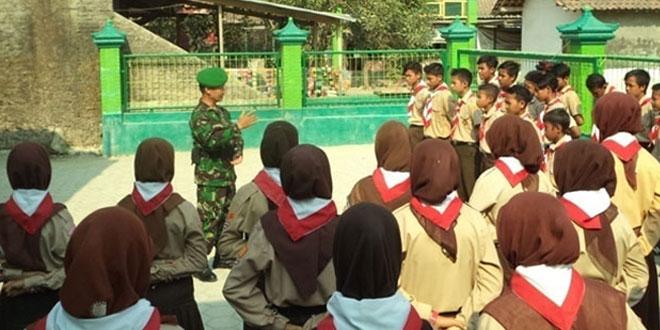 Koramil 08/Alian Beri Pembekalan Kepramukaan di SMP Ma'arif 2 Alian