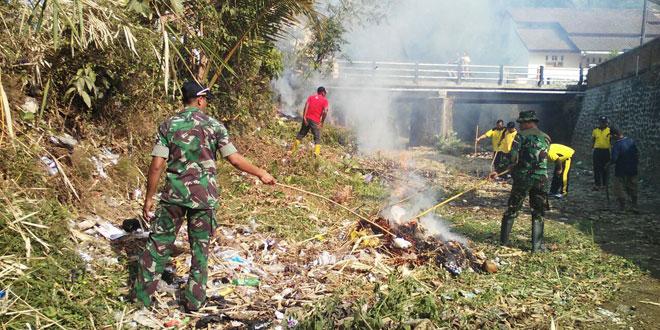 Koramil 25/Purwokerto Selatan Bersihkan Sampah Sungai