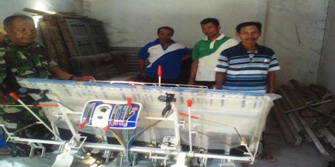 Babinsa Sambirejo Cek Mesin Rice Transplanter di Desa Sambi