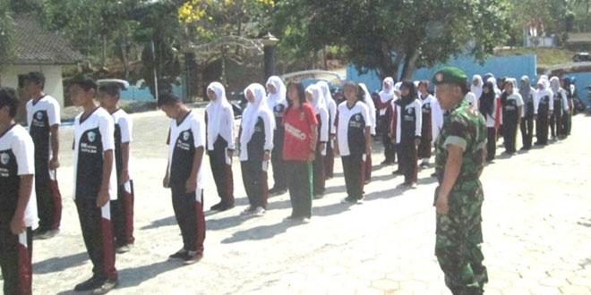 Pelatihan PBB SMK Penda 03 Jatipuro Oleh Pelda Mulyanto Babinsa Koramil 14/Jatipuro