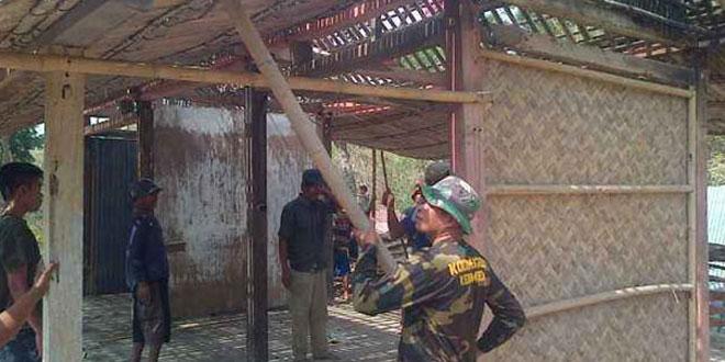Babinsa Koramil 20/Buayan Bantu Perbaiki Rumah Warga Desa Binaan