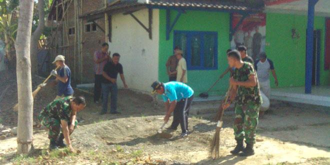 Kegiatan Jum'at Bersih Koramil13 Kodim 0712/Tegal di Balai Desa Karanganyar Kecamatan Kedungbanteng