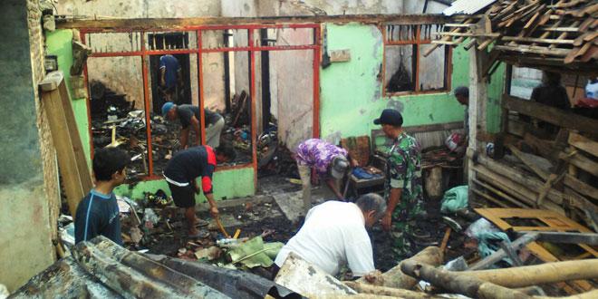 Anggota Koramil Karya Bhakti Bersihkan Puing Rumah Kebakaran