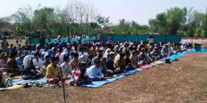 Ratusan Warga Masyarakat dan TNI Koramil 12/Ngawen Sholat Istiqo'