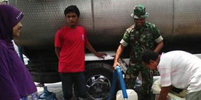 Babinsa Awasi Penyaluran Air Bersih di Desa Kandangsapi