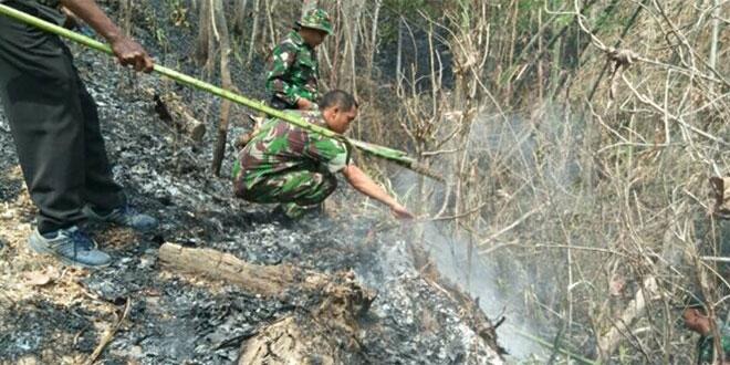 Muspika Bersama Masyarakat Memadamkan Api