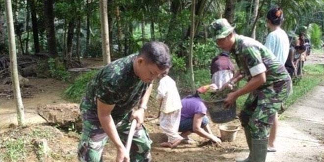 Babinsa Koramil 22/Ayah Jum'at Bersih Ajak Warga Candirenggo