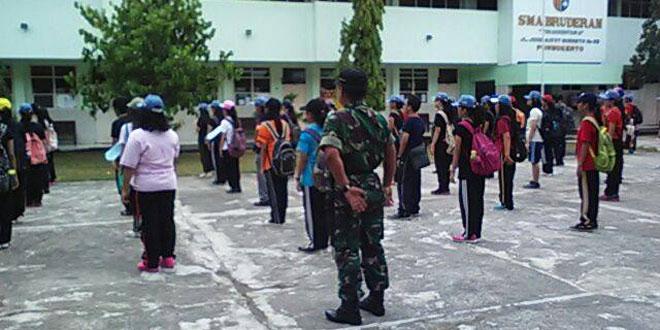 Babinsa Purwokerto Utara Latih PBB Siswa SMA Bunderan