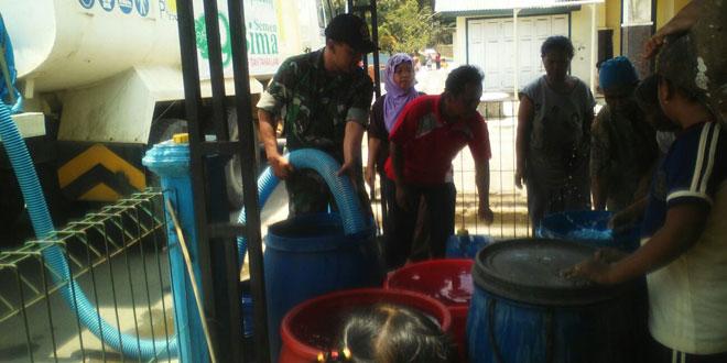 Babinsa Wangon Bantu Penyaluran Air Bersih