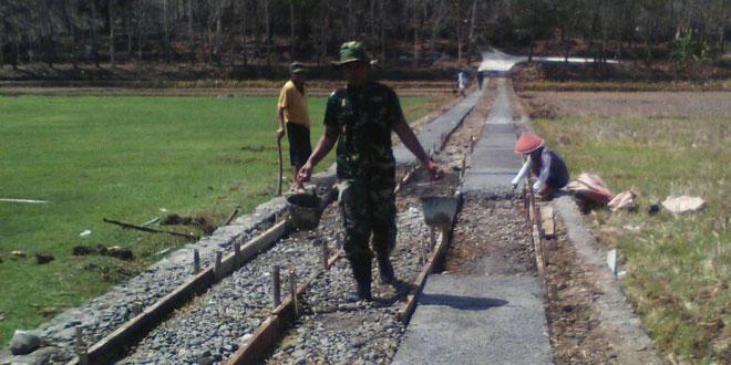 Danramil Somagede Karya Bhakti Cor Beton Jalan Menuju Makam