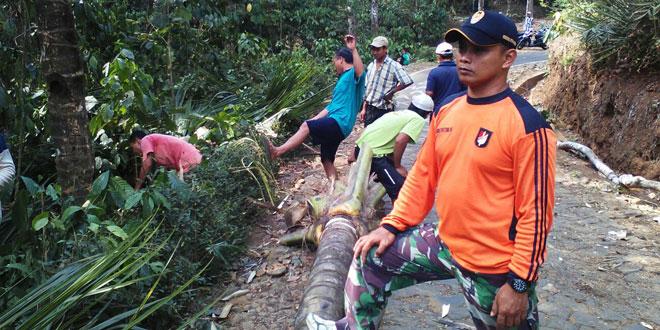 Koramil 23/Cilongok Karbak Prompangan Pelebaran Jalan di Desa Rancamaya