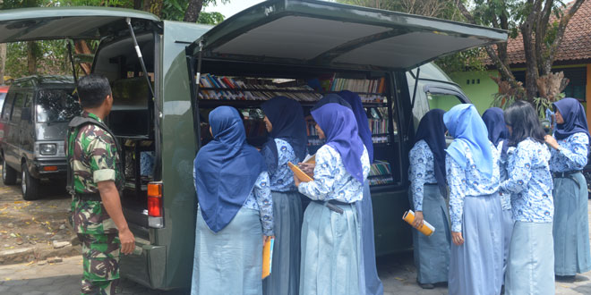 SMA Negeri 1 Ngluwardi Sambangi Perpustakaan Keliling Kodim 0705/Magelang