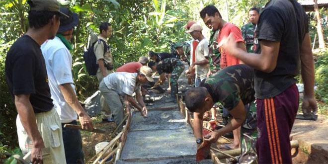 Koramil 10/Bruno Karya Bhakti Buat Jalan Cor Blok di Desa Watur Duwur