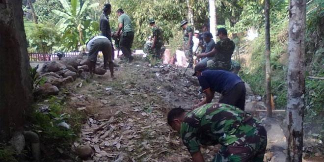 Koramil 11/Loano Karya Bhakti Pengerasan Jalan di Sedayu Kecamatan Loano