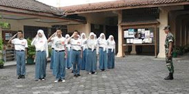 Babinsa Manahan Latih PBB di SMA Negeri 4 Surakarta
