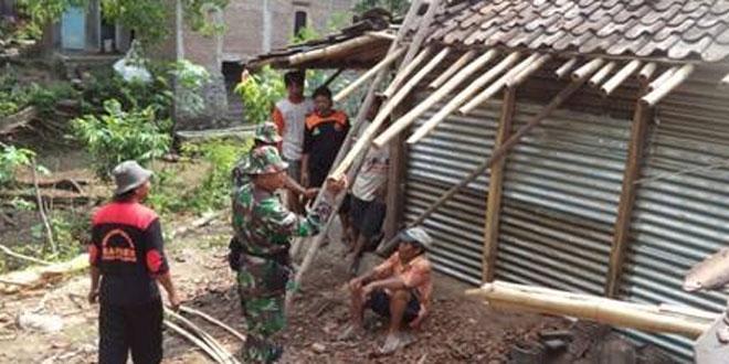 Koramil Gemolong Bantu Warga Perbaiki Rumah Pasca Terkena Angin Putting Beliung