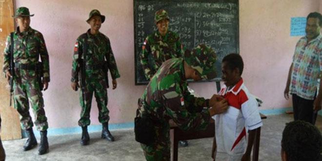 Keceriaan Anak-anak SDN Senggi Kota Bersama Anggota Satgas Yonif 406/CK Pamtas RI-PNG