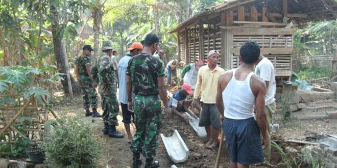 Koramil 02/Bayan Buat Drainase di Desa Pogungkalangan