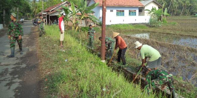 Babinsa Koramil 09/Ptr Bersihkan Irigasi di Desa Dlisen Wetan